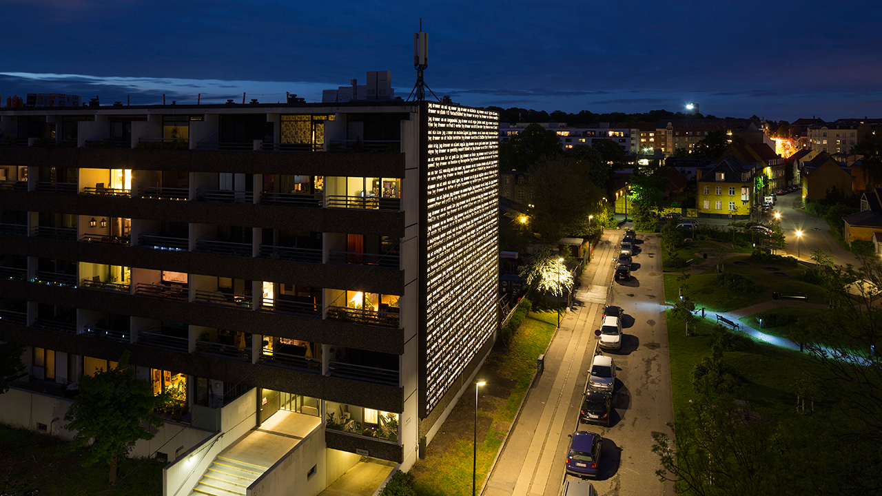 The wall at night. Ramboll created the LED-illumination, so that the beautiful outdoor mural can also be seen in the dark