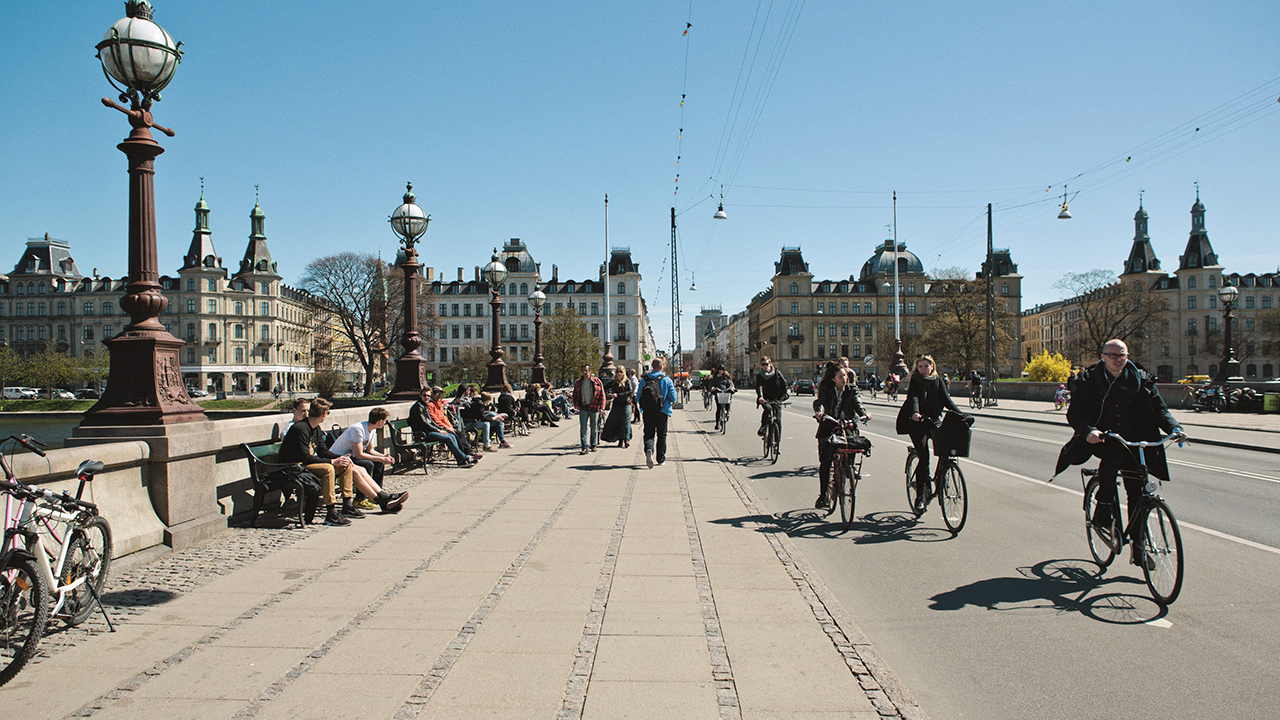 Copenhageners crossing Queen Louise's Bridge on bycycles