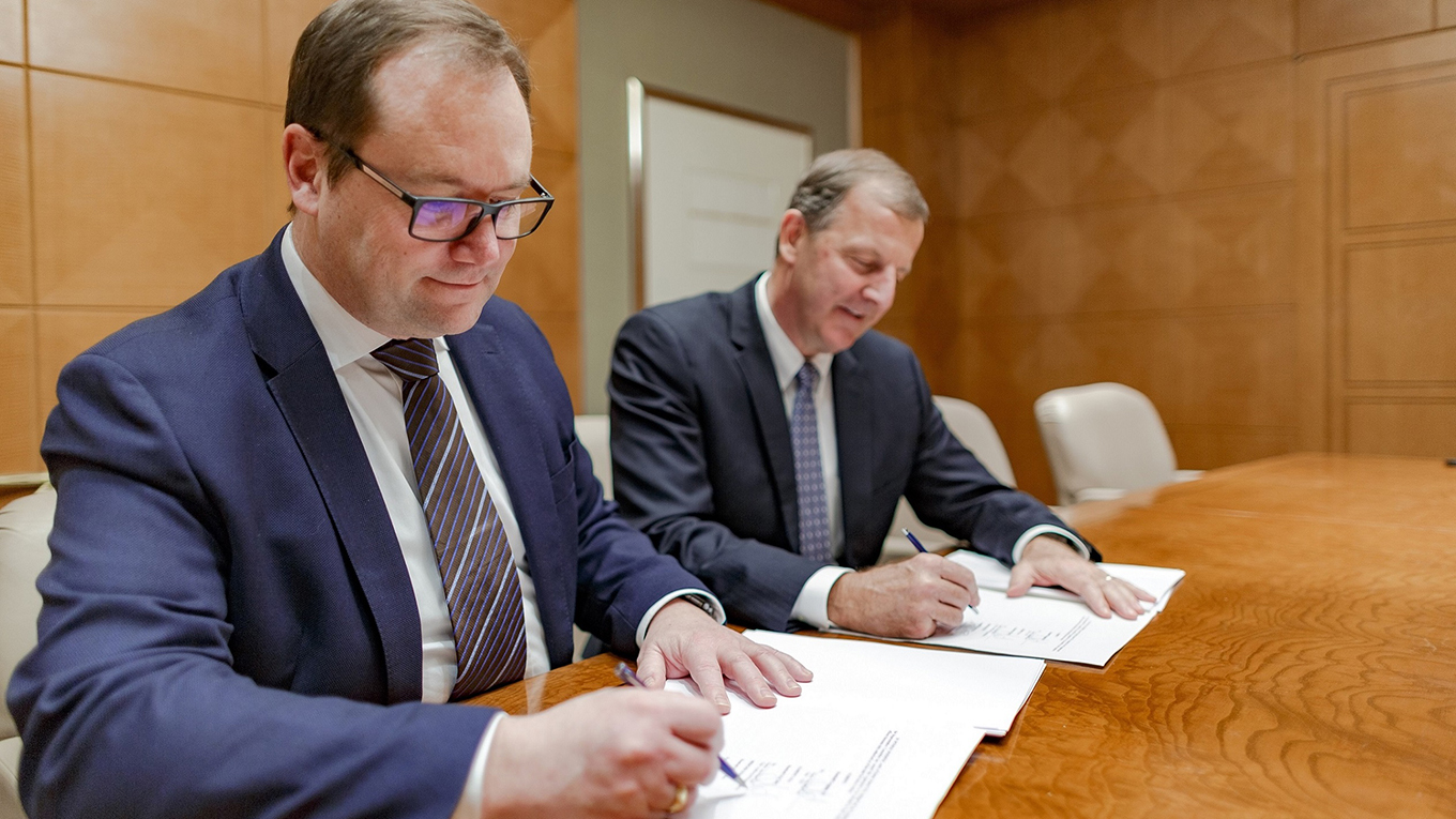 Ramboll Group CEO Jens-Peter Saul and OBG CEO Jim Fox signing the contract