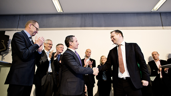 Environ COO Thomas Vetrano and Ramboll CEO Jens-Peter Saul shake hands