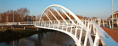 Riverside Bridge is the result of a creative integration of architecture, engineering and art.